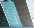 横型アルミブラインド・シルキー傾斜窓